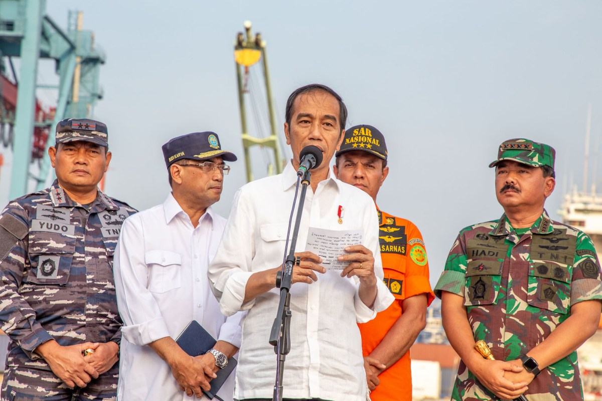 Indonesian President Joko Widodo, seen here at a search and rescue event last month, is expected to nominate Army chief Tjahjanto, on his right, as defense minister if he wins the election in April.  Photo: Donal Husni / NurPhoto/ AFP