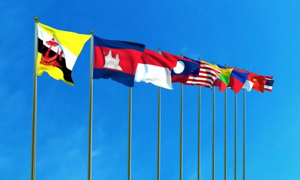 在藍天背景下的東盟成員國旗幟。相片:iStock
