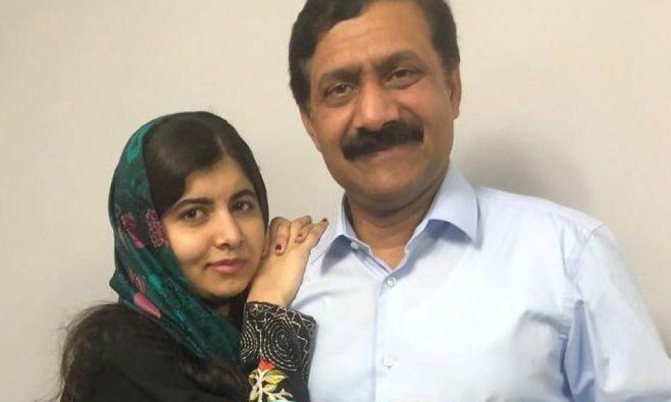 馬拉拉和她的父親社運分子尤沙夫賽最近推出了他的書《讓她飛翔》,這本書是基於馬拉拉成為女童教育社運分子和社運分子尤沙夫賽在父權制社會中的鬥爭而寫的。相片:Twitter @Malala