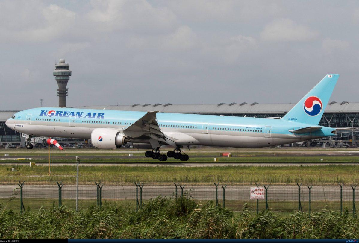 Three passengers left the aircraft before take-off, having successfully photographed their Korean idols. Photo: Baidu