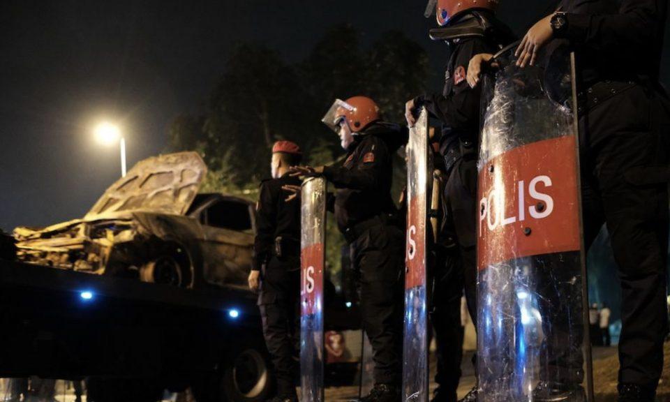 馬來西亞警方在雪州Seafield寺騷亂後進行戒備。相片:Facebook
