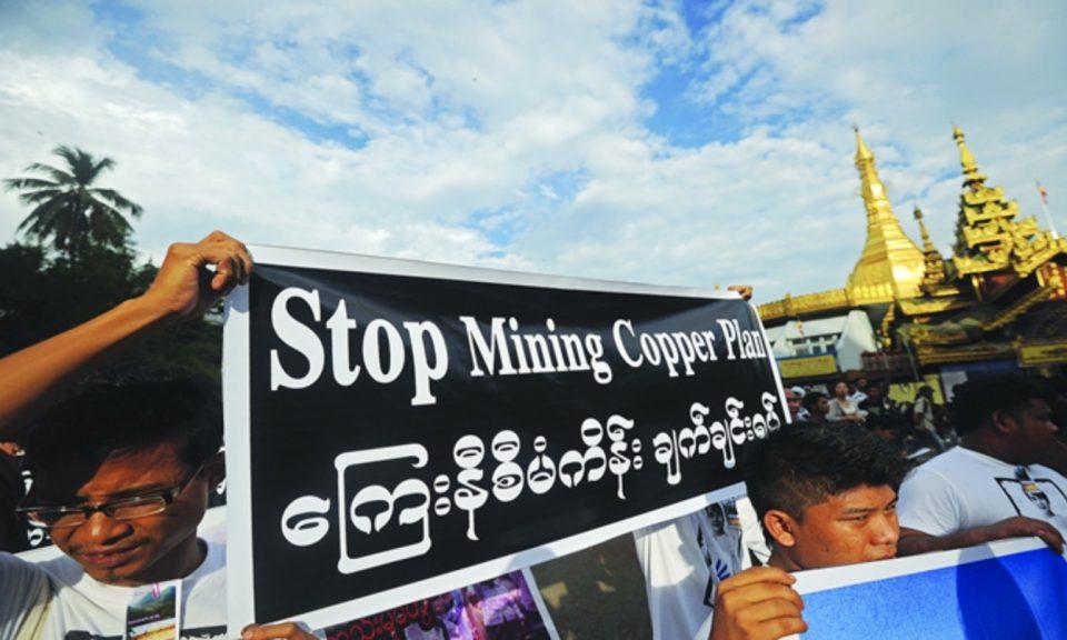 反對中資萊比塘銅礦的示威人士在緬甸仰光高舉橫額。相片:Facebook