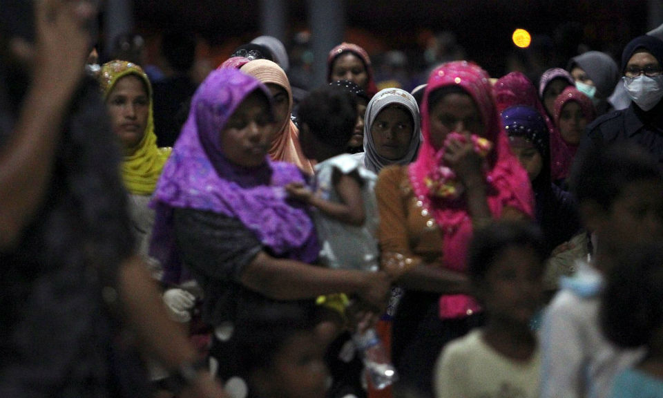 被馬來西亞海事執法局在蘭卡威島附近攔截的羅興亞難民在2018年4月3日於馬來西亞Kuala Kedah 渡輪碼頭被護送移交給移民局。相片:Reuters / Stringer