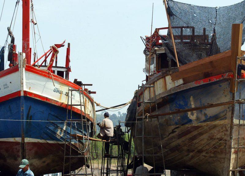 泰國工人於2005年1月修理布吉島的漁船。儘管行內有人反對,但泰國漁業的改革已在進行中。相片:AFP / Pornchai Kittiwongsakul