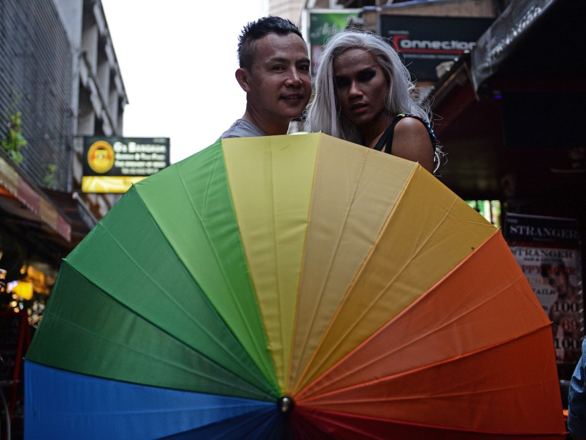 أعضاء من مجتمع المثليين والمغايرين جنسياً في تايلاند مجتمعون أمام حانة في بانكوك في 18يونيو/حزيران 2016. صورة: AFP/Lillian Suwarnrumpha