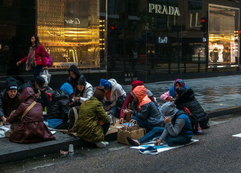 2018年1月,來自印尼和菲律賓的女傭周日在香港中環鄰近名店的街道上聚集。 相片:iStock