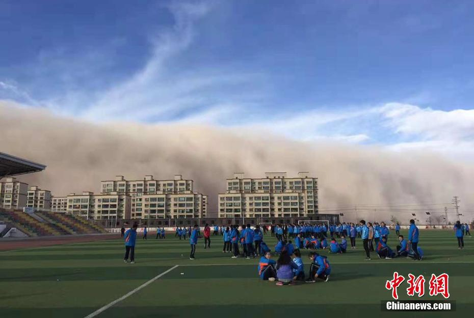 Sandstorm advancing towards a school in Zhangye, Gansu province. Photo: China News Services