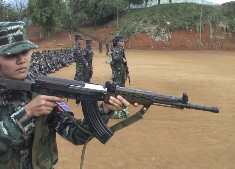 一名阿拉干軍隊士兵在一個不公開地點現身。相片:Youtube