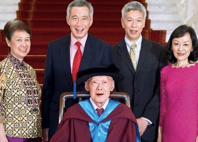 新加坡執政的李氏家族幸福時期的資料圖片,已故的國家創始人李光耀站在中間,旁邊的是總理李顯龍(左二)、李顯揚(右二)和林學芬(右)。相片:Facebook