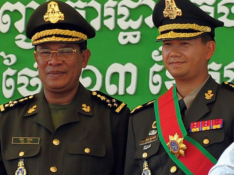 柬埔寨首相洪森(左)和他在西點軍校訓練的兒子洪馬內,許多人認為正在去年7月29日的選舉後,洪馬內將在不久的將來接替他父親之位。 相片:AFP / Tang Chhin Sothy