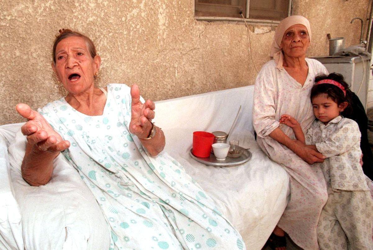 يهود عراقيون من أقارب الاثنين اللذان قتلا بواسطة فلسطيني في هجوم على كنيس يهودي في بغداد يتحدثان إلى الصحفيين في منزلهم في العاصمة العراقية في 5 أكتوبر 1998. صورة: KARIM SAHIB / AFP