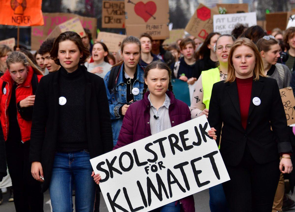 الناشطة السويدية «جريتا ثنبرج» أثناء اشتراكها في مظاهرات طلابية لمكافحة التغير المناخي في العاصمة البلجيكية بروكسل في 21 فبراير 2019. صورة: EMMANUEL DUNAND / AFP