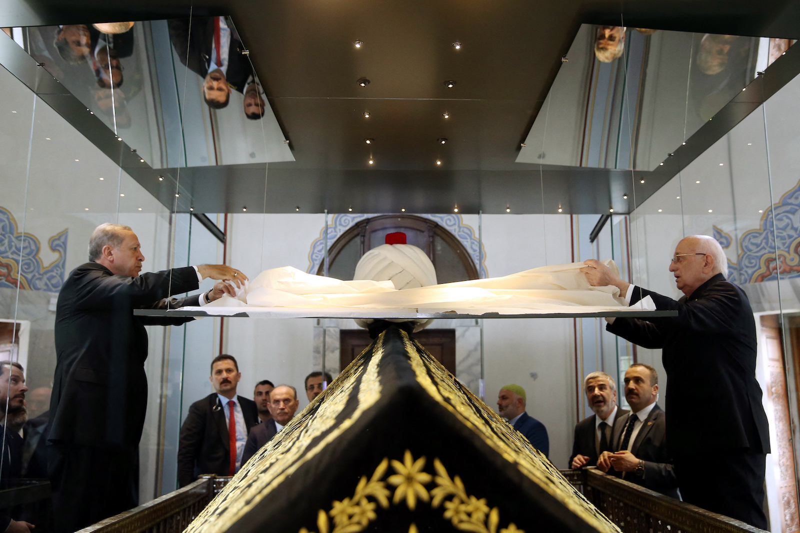 Turkish President Recep Tayyip Erdogan (Left) during an April 17, 2017, visit to the tomb of Yavuz Sultan Selim, a sultan of the former Ottoman Empire 1512-1520, in Istanbul, a day after Erdogan's victory in a national referendum. Photo : AFP / Yasin Bulbul / Turkish Presidential Press Office