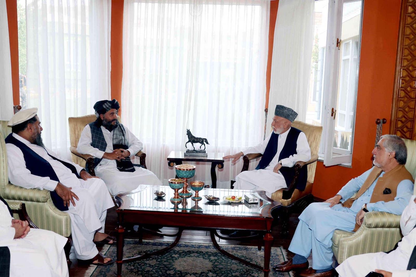 2月,民族和解高级委员会(HCNR)主席阿卜杜拉·阿卜杜拉(右)和前总统哈米德·卡尔扎伊(右二)在喀布尔会见了喀布尔塔利班代理州长阿卜杜勒·拉赫曼·曼苏尔(左二) 21 年 2021 月 XNUMX 日。照片:法新社/塔利班通过 EyePress 新闻分发