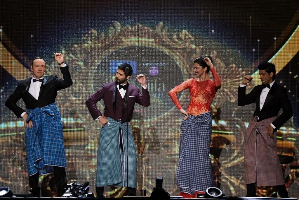 Kevin Spacey, Shahid Kapoor, Deepika Padukone and Farhan Aktar Lungi Dance