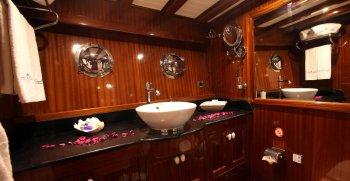 luxury-charter-gulet-queen-of-datca-guest-bathroom