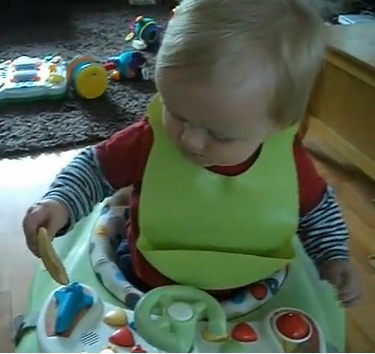 tommee tippee roll n go bib in use