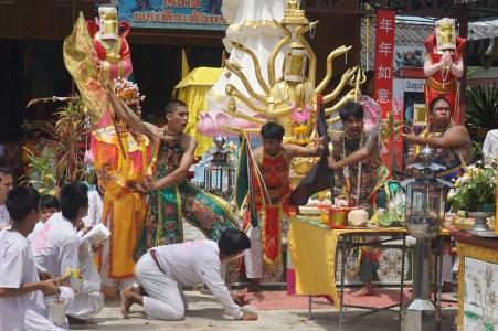 religiöse Feier an einem der Tempel entlang der Strecke