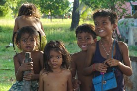 offensiv fröhliche Kinder begegnen uns oft in Kambodscha