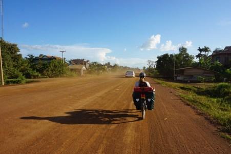 Hauptstraße auf dem Weg in die Hauptstadt Phnom Penh