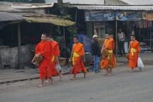 Mönche nach dem morgentlichen Bettelgang