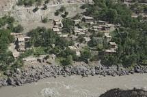 Blick über den Pandsch Fluss auf ein afganisches Dorf