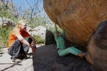 Lara gibt mir die Beta (Lösung, wie der Boulder geklettert werden kann) - Grampiens