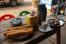 Frühstück: Jagui, Kaffee, Samosas