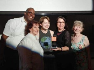 Anthony Floyd, Laura Crouch, Kathryn Lampe, Kelly Rogers Flynt (director), and Diane Jamieson accept the Audience Favorite Award for