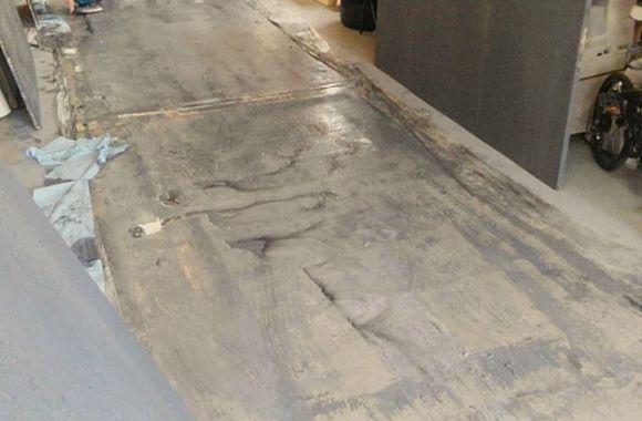エイジング済みのコンクリート床壁を制作。