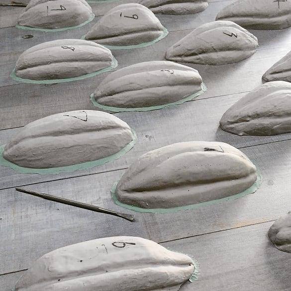 正月早々カカオの実のシリコン型を作っています。王蟲の群れみたいね。#artwork #craft #風の谷のナウシカ
