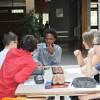 """Marcus jouant au """"Awele"""" avec les élèves, un jeu typique d'Afrique de l'Ouest. Photo: Voix d'Exils."""