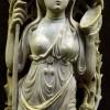 Statuette en ivoire de la déesse Ariane, de la mythologie grecque, tenant les attributs d'une Ménade (le thyrse dans la main droite et peut-être un tambourin dans la main gauche). Elle est accompagnée d'un Satyre (en bas à droite). L'œuvre provient peut-être d'Alexandrie. VIe siècle après J.-C. Photographié au Musée national du moyen-âge - Thermes et hôtel de Cluny (photographie autorisée dans le musée et l'exposition, avec une restriction : sans flash).