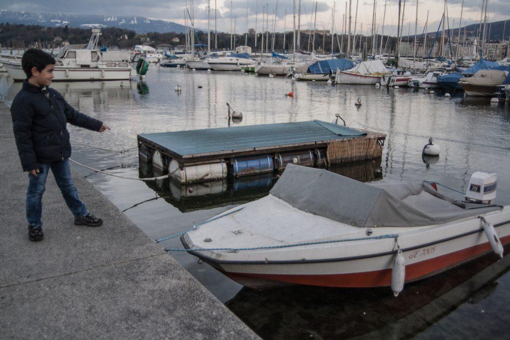 Aghyad, un enfant Syrien de 9 ans, dans la Rade de Genève. Il explique que c'est le même type de bateau sur lequel il a voyagé pour passer de Turquie en Grèce. Photo: Sham Alkhatib, Genève 2016.