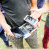 Au Nord de la Bosnie Herzégovine, dans le camp improvisé de Bihac, celles et ceux qui ont tenté d'entrer en Croatie racontent avoir été violemment malmenés par les garde-frontières croates, leurs biens saisis et leurs téléphones cassés. 12 juillet 2018 © UNHCR/Gregory Doane