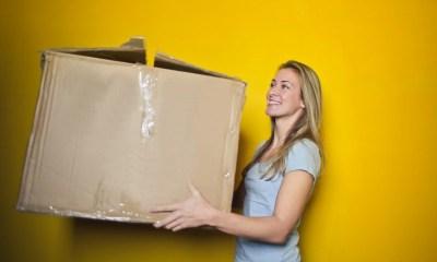 Devojka koja drži kutiju za preseljenje