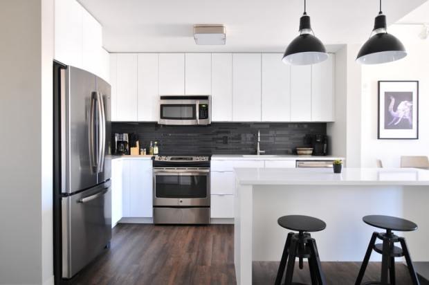 Siva kuhinja i veliki frižider - kuhinjski uređaji