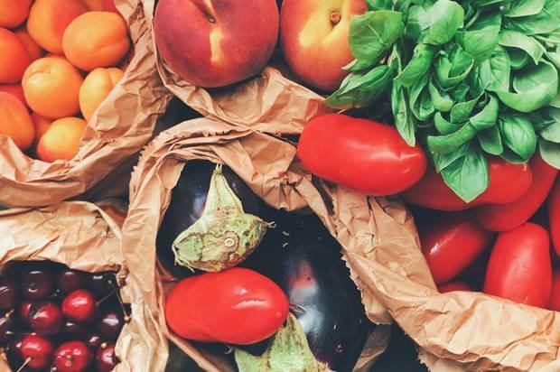 Prikaz voća i povrća na pijačnoj tezgi