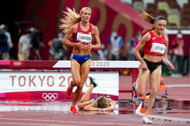 Australijanka Ženevjev Gregson pala je tokom trke na 3.000 metara stipl-čez, Foto: Tanjug/AP