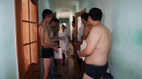 Призывники на обследовании у врача