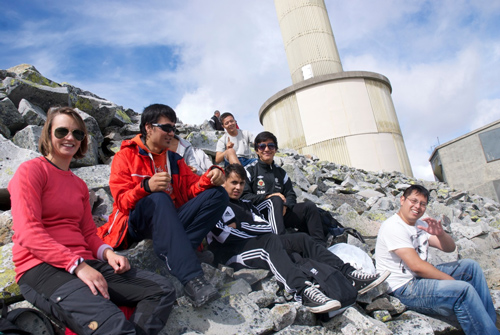 Noen av deltakerne beundrer utsikten fra toppen. Foto: B. Bergseth