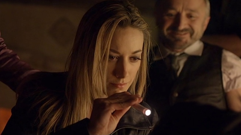 Lauren with flashlight in Lost Girl 1x07