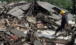 Shallow Indonesia Quake Kills 3, Damages Hundreds of Homes