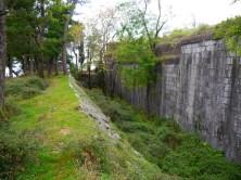 Глубокий ров вокруг крепости