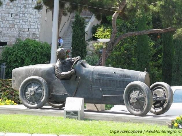 Памятник гонщику Уильяму Гроверу