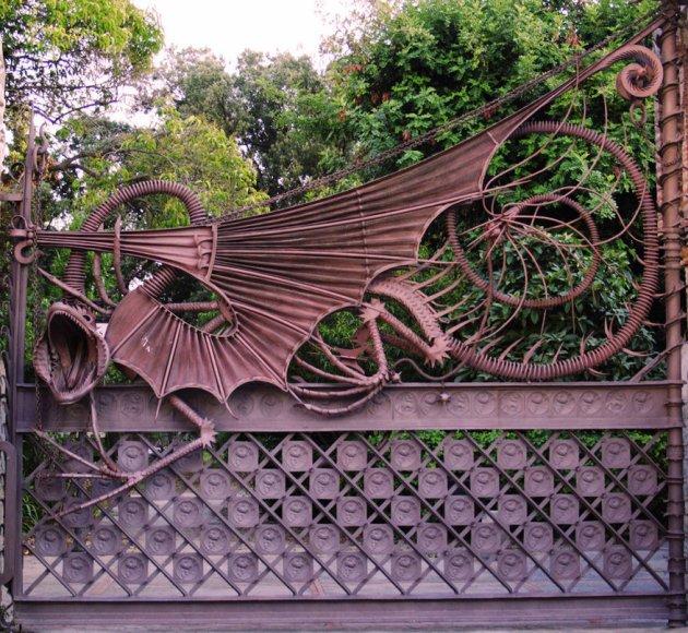 Вход в усадьбу охраняют вороты в виде дракона