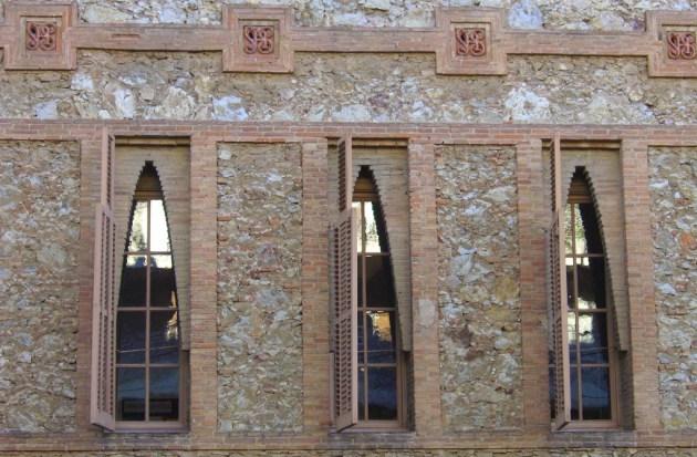 Особенности архитектуры Гауди: при строительстве колледжа использовался обычный кирпич и имитация камня