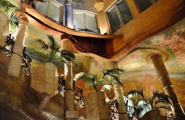 Стены в доме Мила расписывал сам Гауди