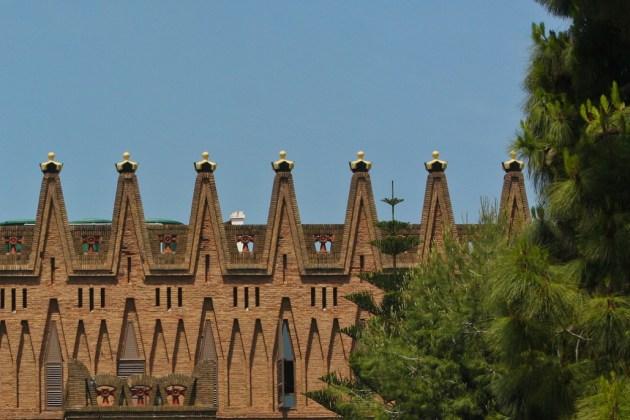 Зубцы колледжа ордена Святой Терезы в Барселоне украшают профессорские шапочки