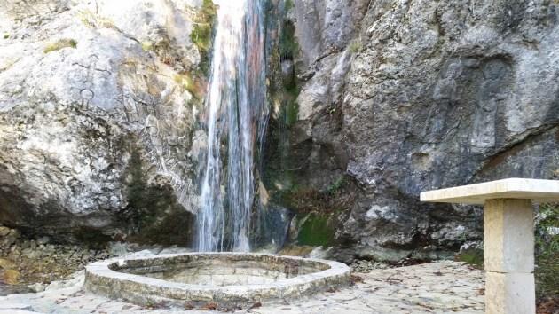 Святой источник течет из горы Румия